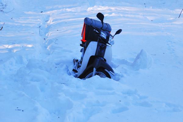 雪で動かせないバイク