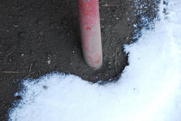 地中に埋まった単管パイプ