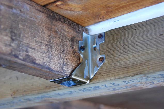 シンプソン金具による小屋側の土台連結