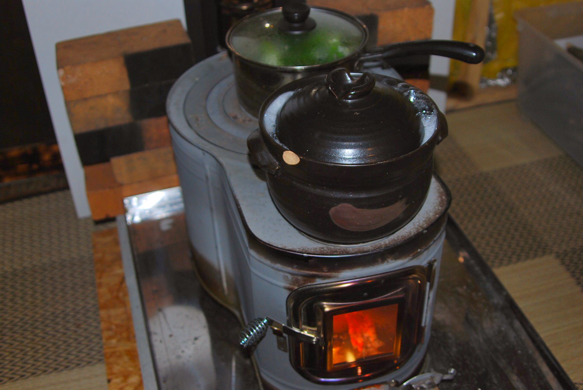 薪ストーブによる調理風景