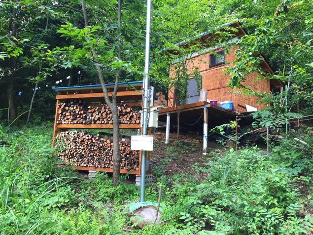 薪置き場と小屋