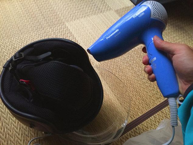 濡れたヘルメットを乾かす図
